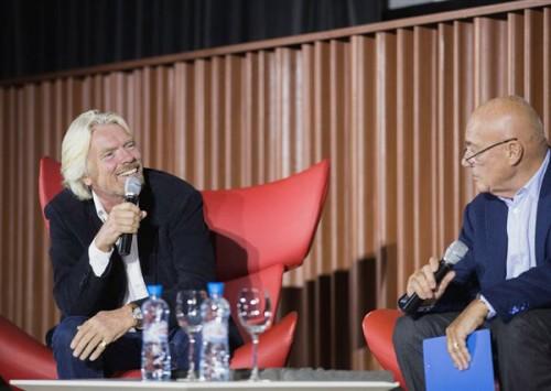 """Ричард Брэнсон и Владимир Познер на конференции """"Деньги будущего""""."""